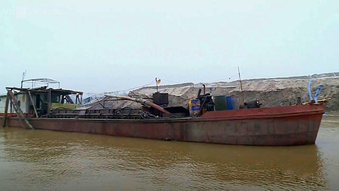 A ship used for illegal sand mining along the bank of the Red River in Hanoi in January, 2018. Photo coutersy of the police