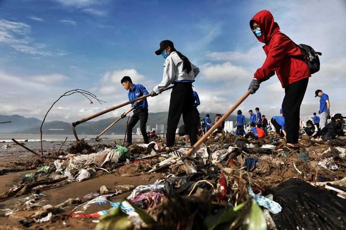 Students and locals use rakes and hoes to collect the trash.Quy Nhon is a city for tourism, so in order to increase the citys aesthetics, the provincial union has called for students to collect the trash, said Nguyen Tuan Anh, vice president of the Quy Nhon Universitys Student Council.