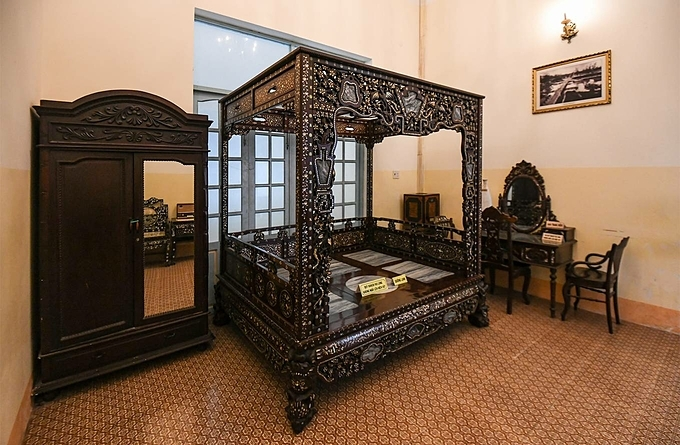 There are hot and warm beds in the house. The cold bed made from fragrant rosewood and marble mosaics was used in the summer. The hot bed used in rainy season winter is made from sandalwood which retains warmth well.