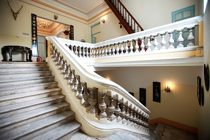 The two floors are connected by a marble stair divided by three 9-step segments. The nine steps symbolizes permanence and permanence as number nine in Chinese character signify these meanings.There's a terrace in the house and the wooden stair that goes there was where Trach, Huy's father used to hang money on the stair rail.