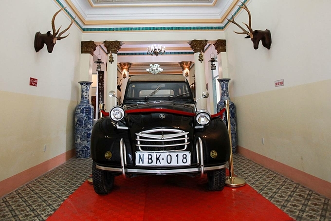 The house also displays many objects associated with the life of Huy. When he came back to Vietnam and landed in Saigon after studying in France, his father used this car bought in 1930 to pick him up.