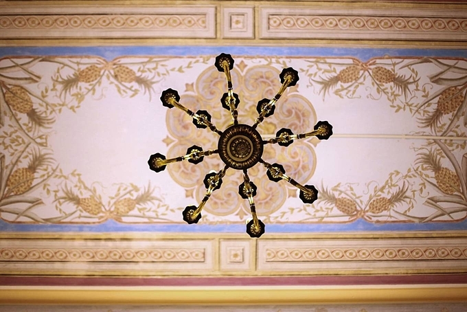 All patterns on the ceiling were also painted by French painters. The strokes remain their lines after a century.