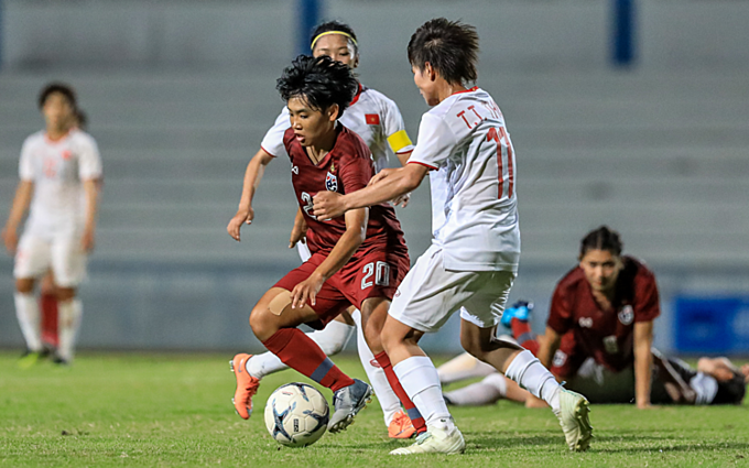 Vietnam (white) play Thailand in the AFF Women's Championship final in Chonburi, Thailand, August 27, 2019. Photo by VnExpress/Dong Huyen.