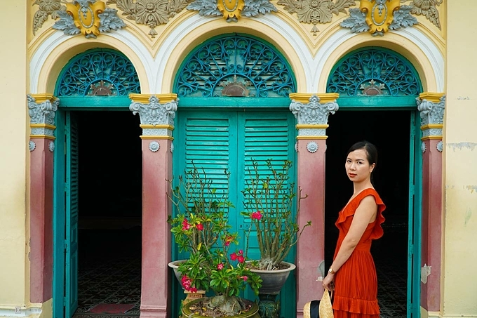 The ancient house of Binh Thuy has also been chosen by many film crews as the main setting including Lovers, a 1992 erotic drama film based on the semi-autobiographical novel by Marguerite Duras.