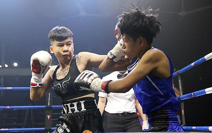 Nguyen Tran Thu Nhi (L) sends attacks on Thai opponent Kannika Bangnara. Photo by VnExpress/Anh Le.