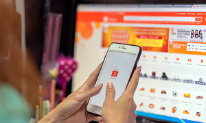 E-commerce competition flares up as holiday shopping season begins