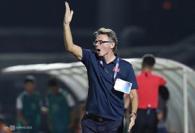 French coach Philippe Troussier gives instruction to Vietnamese U19 mens football team in their match against Mongolia at the 2020 AFC U19 Championship Qualifiers, HCMC, November 6, 2019. Photo by VnExpress/Duc Dong.