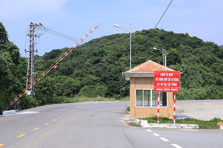 A checkpoint on the road leading to Ban Co Peak in Son Tra Peninsula. Photo by VnExpress/Nguyen Dong.