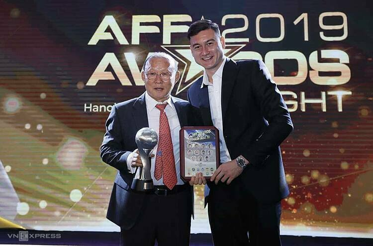Coach Park Hang-seo (L) won the Coach of the Year, while goalkeeper Dang Van Lam was named among the AFF Best 11, Hanoi, November 8, 2019. Photo by VnExpress/Lam Thoa.