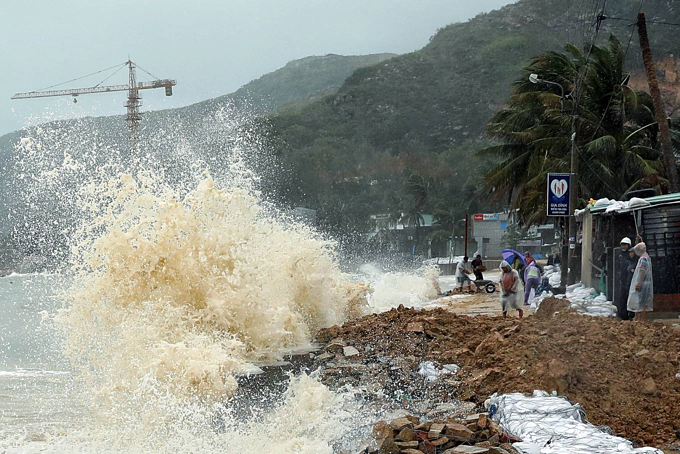 In Binh Dinh Province, rough seas have been producing strong waves 4-6 m in height since Sunday morning, which frequently bombard the shores of Nhon Hai Commune, Quy Nhon City.