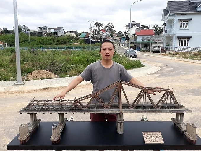 Nguyen Thien Chuong next to his replica of Hanois Long Bien Bridge. Photo courtesy of Nguyen Thien Chuong.