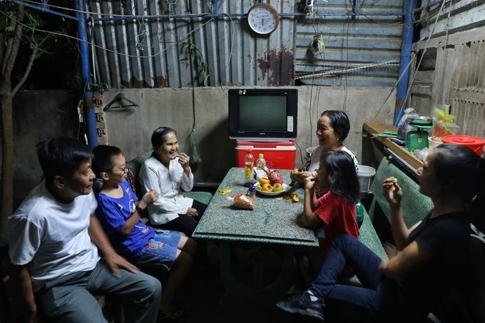 Huongs 4-generation family. Photo by VnExpress/Huu Khoa.