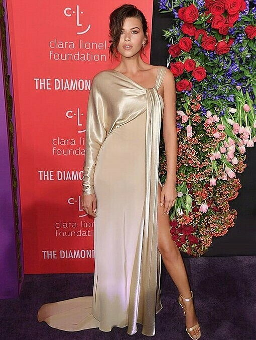 Model Georgia Fowler chose a gold asymmetrical dress in Cong Tris Spring Summer 2020 collection to attend the Clara Lionel Foundation Diamond Ball event. She also walked the runway for Tri at his show in New York Fashion Week in September.
