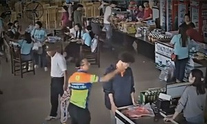 Cop suspended for slapping salesman in northern Vietnam