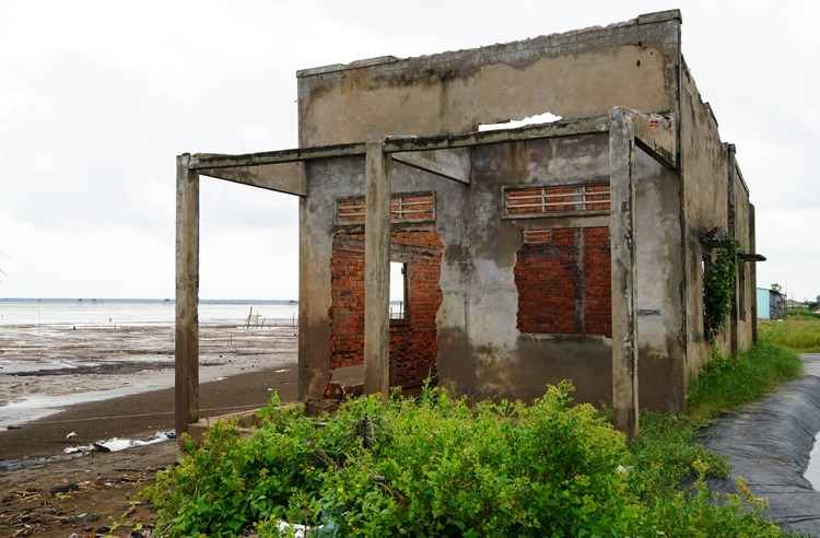 An abandoned home in the face of the coastal erosion. Photo by VnExpress/Hoang Nam