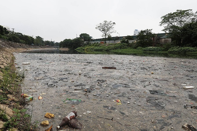 Trash downstream the To Lich River in Hanoi. Photo by VnExpress/Ngoc Thanh.