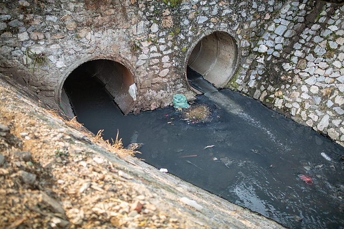 Sewage pipes discharge wastewater a stream that goes directly to the Red River in Phuc Xa ward, Ba Dinh District, Hanoi, November 10, 2019. Photo by Chris Humphrey