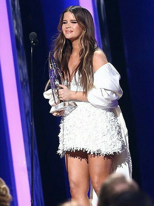 American singer Maren Morris wore a Cong Tri creation, a white dress, to the annual Country Music Association Awards in New York on November 13. She won the Album of the Year award this year. Photo by Twitter/coypaulbailey.