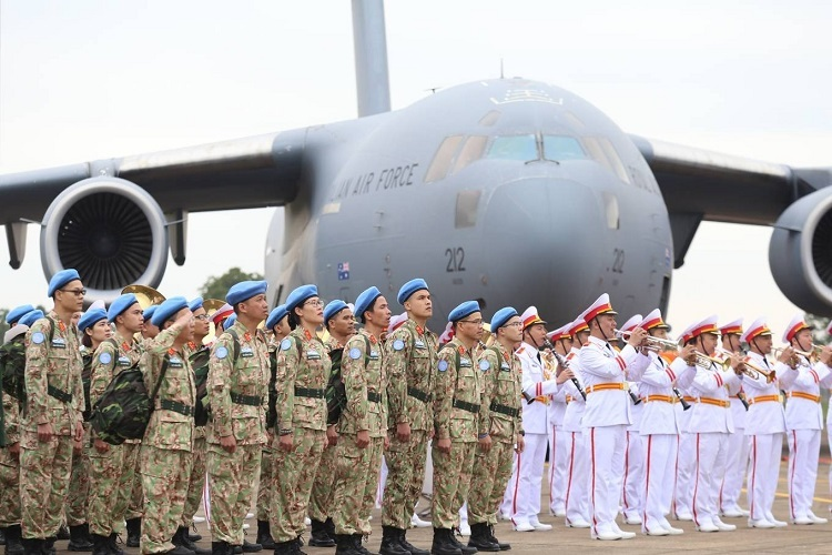 Military doctors attend a flag raising ceremony before getting on the cargo plane Boeing C-17 operated by the Australian Air Force to leave for South Sudan, November 19, 2019. Photo by Gia Chinh.