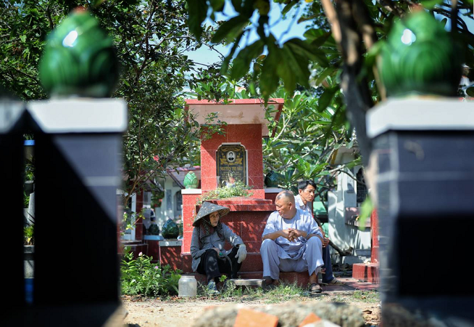 Huong has cared for the graves for almost 50 years. Photo by VnExpress/Huu Khoa.