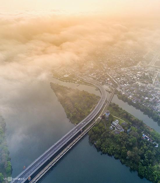 Fog drifts over Vietnams former capital - 4
