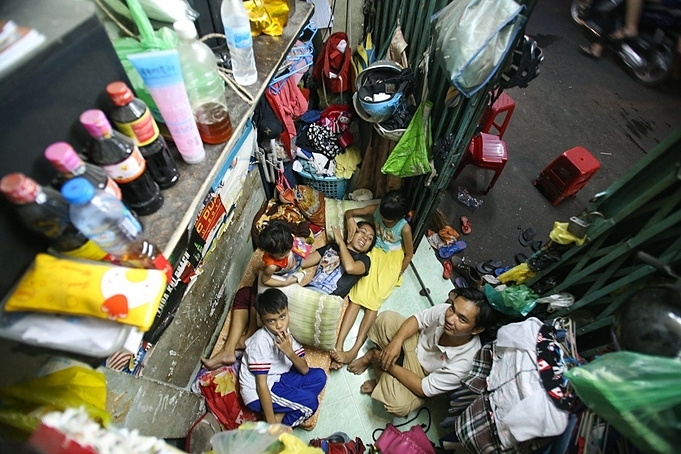 A family of five lives in a 3-meter rented house in District 8, Ho Chi Minh City. Photo by VnExpress/Quynh Tran.