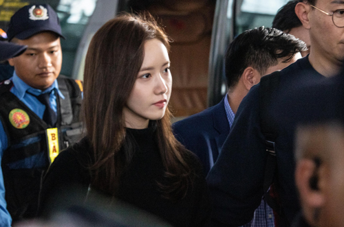 It took a lot of time for singer-actress Yoona to walk to her car because of the crowd of fans at Noi Bai international airport. The beauty and dance talent of Yoona has helped her to become the most famous member of girl band SNSD. The Korean star has gained 5 awards from AAA since 2016, including Asia Star Award, Popularity Award, Best Artist Award and Trend Award.