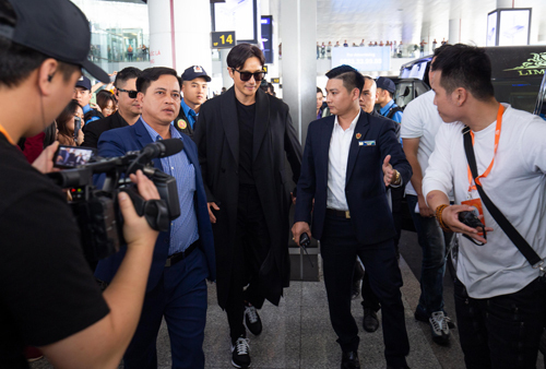 South Korean actor Jang Dong Gun walked out of the arrival gate on November 25. Jang is one of the highest-paid actors and celebrity endorsers in Korea and will be a guest at the AAA 2019, which will be hosted by MOMOLAND's Nancy, Ahn HyoSeop, Lee Teuk, Im JiYeon.