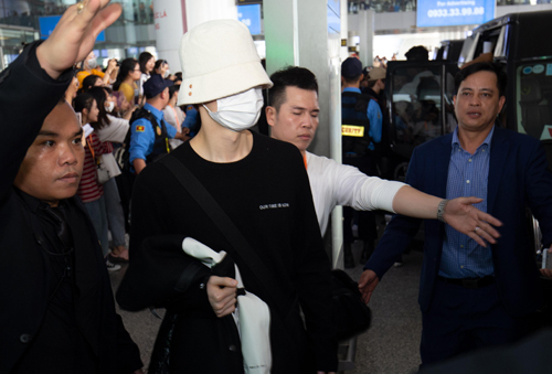 Members of NU'EST coverd their faces with masks and reached the car thanks to the assistance of security staffs at the airport. The South Korea boy band once came to Vietnam in June and performed in a music festival.