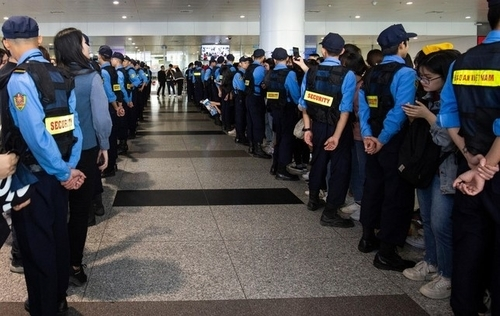 On the morning of November 25, security forces at Noi Bai International Airport stared to  work hard to welcome a myriad of Korean stars arriving to attend the third AAA 2019, which recognizes both artists and actors from Korea and other Asian countries. It is organized by South Korea-based business newspaper Money Today and its global media brands StarNews and MTN.