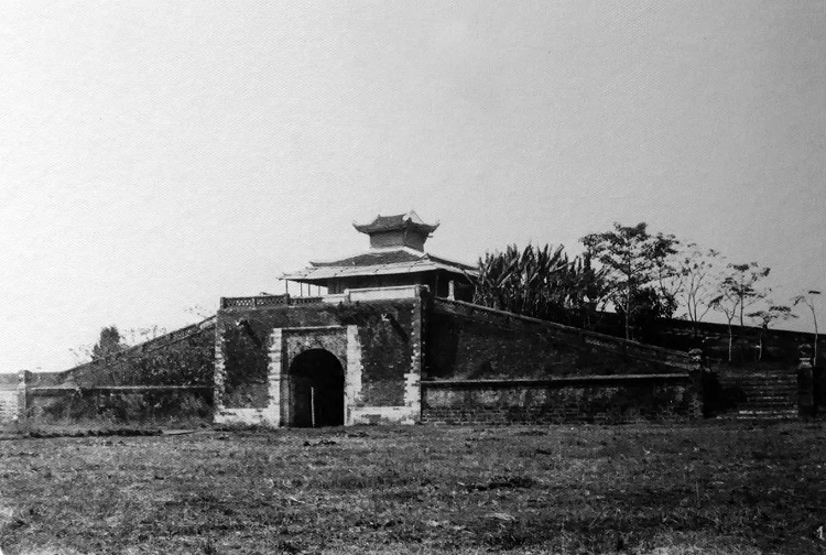 A look from the inside of the Southeast Gate in 1888 - 1891.