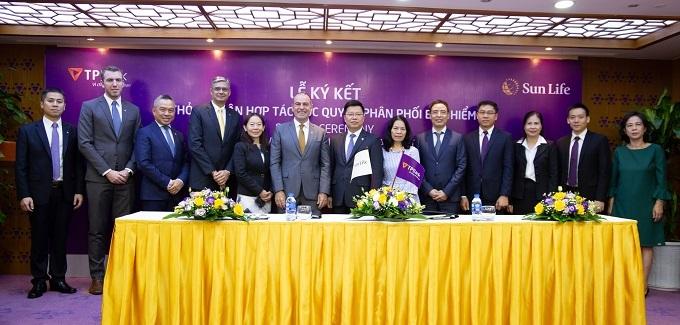 Sun Life Vietnam and TPBank representatives at the signing cereremony.