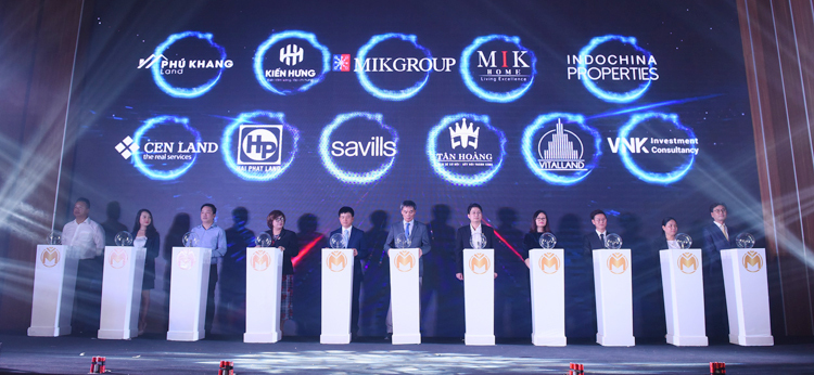 Executives of MIKGroup and nine distributors at the launch of the sample apartment.