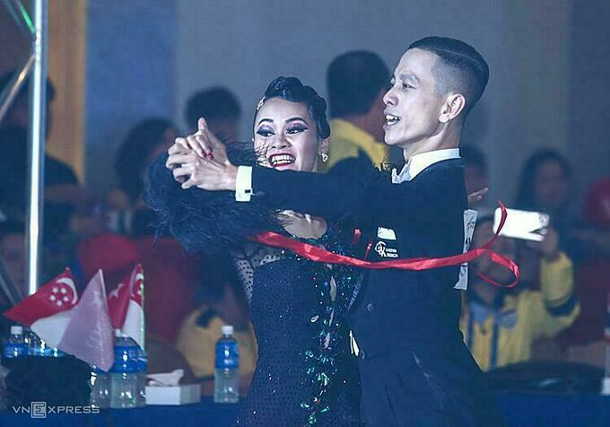 Nguyen Duc Hoa (R) and Nguyen Thi Hai Yen at the quickstep event in dancesport at the 30th SEA Games in the Philippines, December 1, 2019. Photo by VnExpress/Pham Duong.