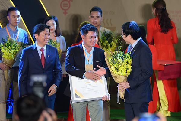 Vietnamese enterprises received sustainable development awards in Hanoi on November 26.