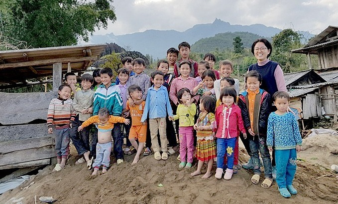Lee with local children during her Tet (Lunar New Year) holiday trip to northern Lai Chau Province in December 2018. Photo courtesy of Lee Kyeong Hee.