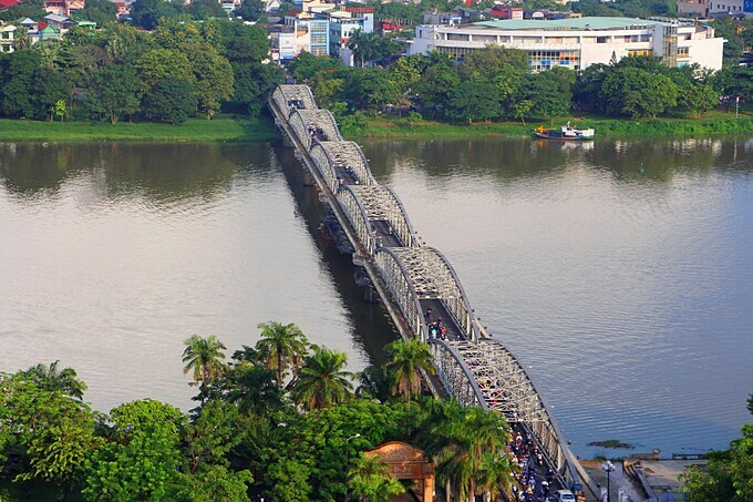 Truong Tien Bridge, one of the iconic symbols in Hue, is seen from above. Built in 1899 during the reign of King Thanh Thai, the 10th emperor of the Nguyen Dynasty, the 400-meter bridge was designed by Gustave Eiffel, the architect who designed the Eiffel Tower in Paris and the Statue of Liberty in New York.