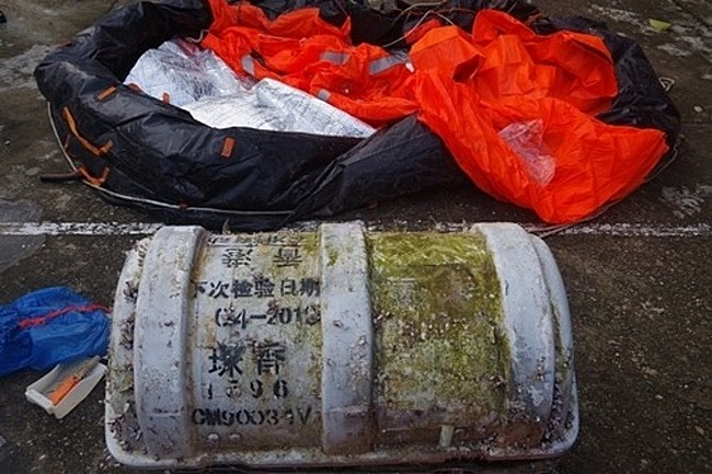 A box carrying Chinese words of some food inspection dates is washed ashore in Thua Thien-Hue Province, December 4, 2019. Photo by VnExpress/Ngoc Binh.