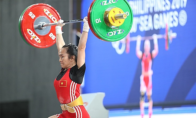 Weightlifter Vuong Thi Huyen performs at the SEA Games in the Philippines, December 1, 2019. Photo by VnExpress/Duc Dong.