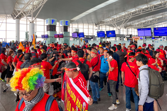 People don red and gold clothes, banners and the Vietnamese flags at the T2 Terminal in Hanois Noi Bai Airport to cheer for the team. Most of them booked tours to the Philippines that would return the same day.