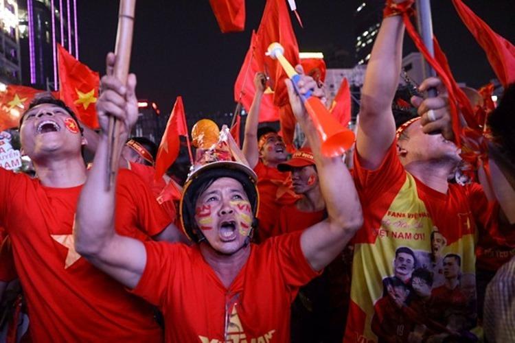 Fans scream in elation on Nguyen Hue Street in HCMC as Vietnam scores a goal. Photo by VnExpress/Huu Khoa.
