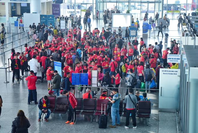 A crowd in red and gold clothing wait for their flights to the Philippines to cheer for the Vietnamese team.Vietnam would face against Indonesia in the SEA Games mens football final in the Philippines on Tuesday, 7 p.m. (Hanoi time). The match would be reported live.