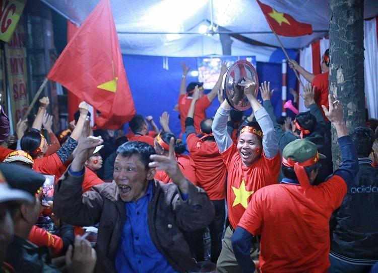 Fans celebrate Do Hung Dungs goal at his home in Hanois Gia Lam District. Photo by VnExpress/Tat Dinh.