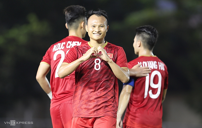 Vietnam 6-1 Laos: Striker Nguyen Tien Lin replaced Chinh and scored a hat-trick. Hoang also scored 1 goal.