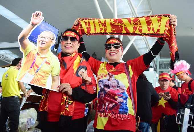 Two women are spotted with banners, a cut-out picture of South Korean coach Park Hang-seo, scarfs and other items to showcase their love for the Vietnamese team and its coach.According to tour agency Vietravel, around 1,000 of its customers would fly from Hanoi, Saigon and central Da Nang City to go to the Philippines Ninoy Aquino.