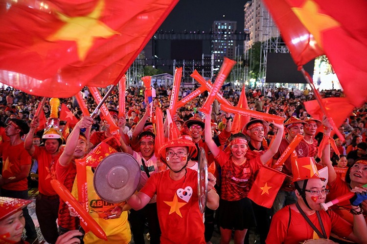 Fans gather at the Nguyen Hue Pedestrian Street in HCMC hours ahead of the SEA Games final football match between Vietnam and Indonesia. Photo by VnExpress/Huu Khoa.