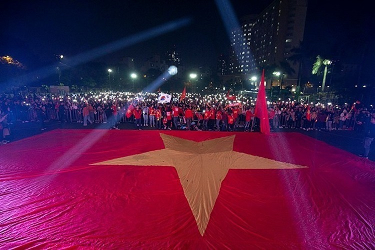 A big crowd of fans at the Hanoi Medical University in Hanois Dong Da District. They have covered the schools football field with a gigantic national flag. Photo by VnExpress/Giang Huy.