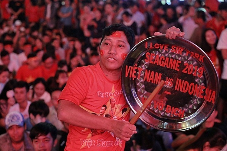 A fan at HCMCs Nguyen Hue Street. Photo by VnExpress/Huu Khoa.