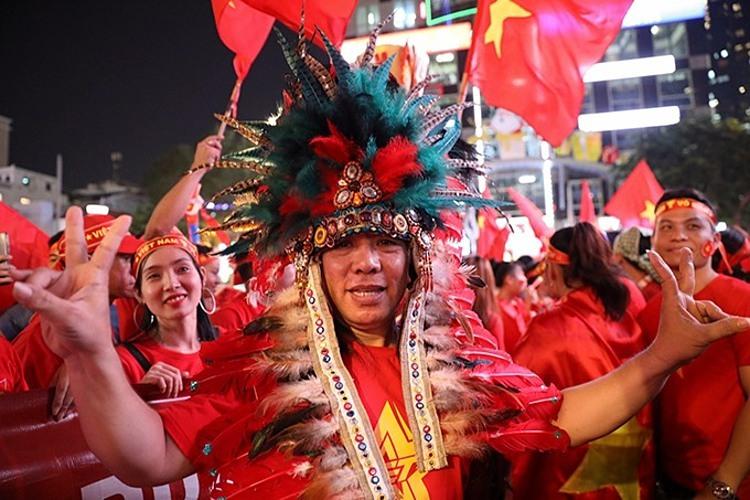 A fan dresses up to cheer up the Vietnam team at Nguyen Hue Street. Photo by VnExpress/Huu Khoa.