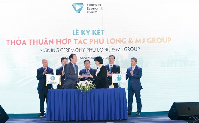 Phung Chu Cuong (left), General Director of Phu Long and representative of MJ Group signed the MoU.